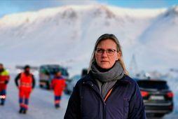 Kristín Guðmunda Pétursdóttir fyrir utan Gunnukaffi á Flateyri í gær. Þar hafa Flateyringar safnast saman …