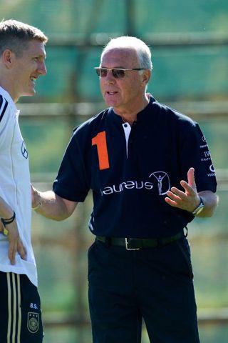 Franz Beckenbauer ræðir við Bastian Schweinsteiger á æfingu þýska landsliðsins.
