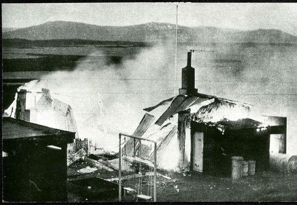 Bruninn Ráðherrabústaðurinn á Þingvöllum í ljósum logum aðfaranótt 10. júlí 1970. Hann brann til grunna …