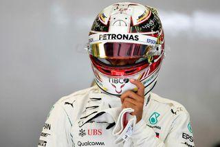 Lewis Hamilton gengur til bíls síns til að hefja æfingu í Barein í gær.