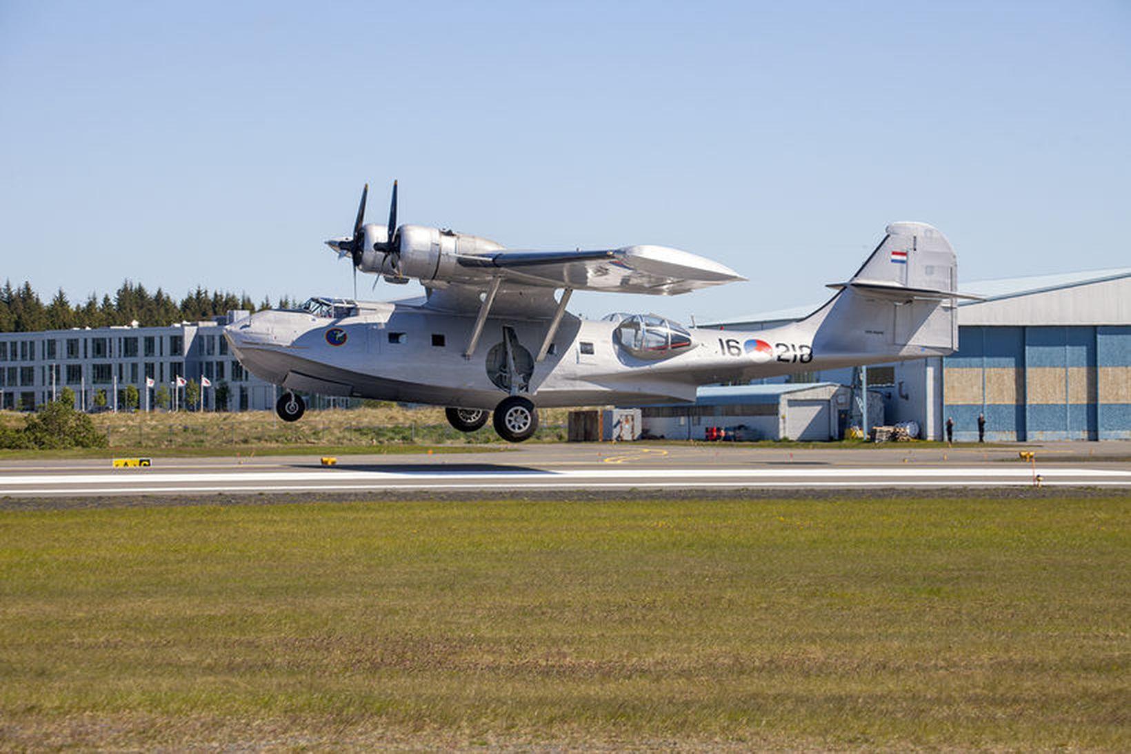 Flugbáturinn Catalina lendir á Reykjavíkurflugvelli.