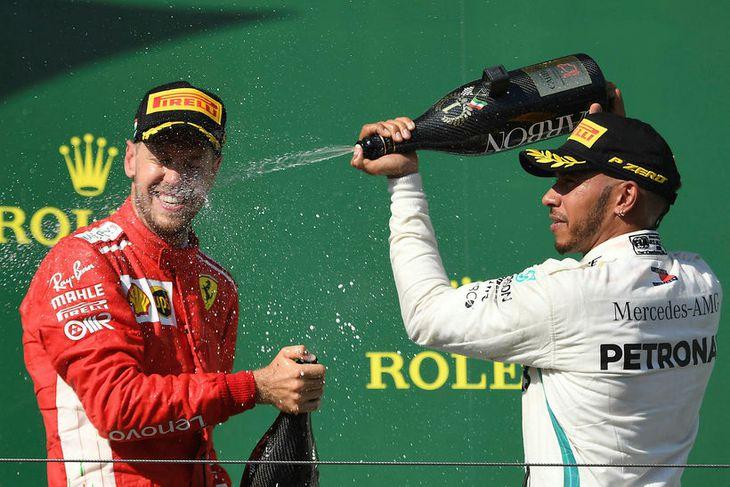 Lewis Hamilton (t.h.) og Sebastian Vettel á verðlaunapallinum í Búdapest.