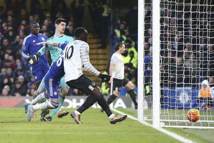 John Terry skorar sjálfsmark gegn Everton.