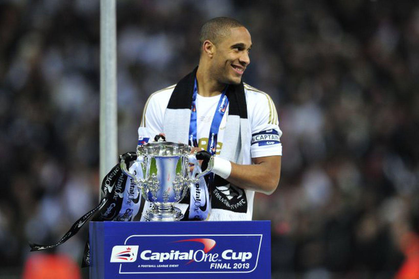 Ashley Williams tók við deildabikarnum eftir sigur Swansea á Wembley …