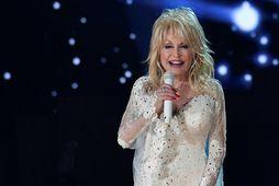Dolly Parton var bólusett við Covid-19 í gær.