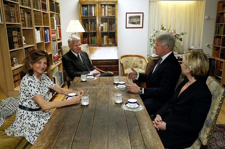 The Presidential and First Lady of Iceland entertaining their US counterparts, Bill and Hillary Clinton ...