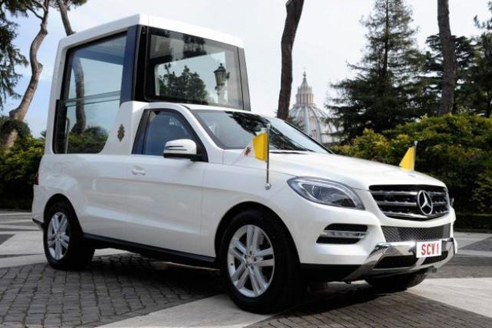Nýr páfabíll er af gerðinni Mercedes Benz M-Class líkt og ...
