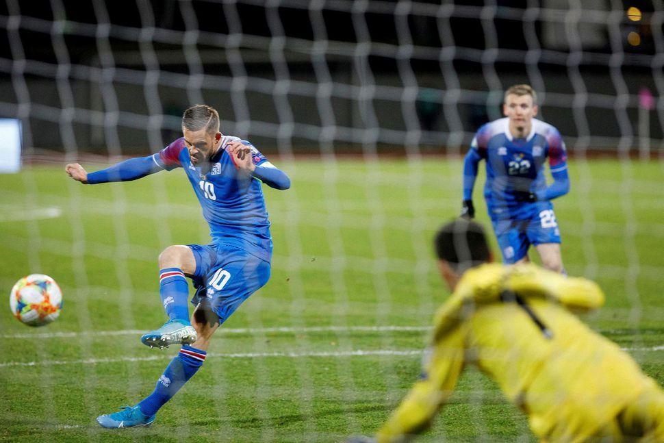 Gylfi Þór Sigurðsson tekur vítaspyrnu gegn Andorra sem markvörðurinn varði.