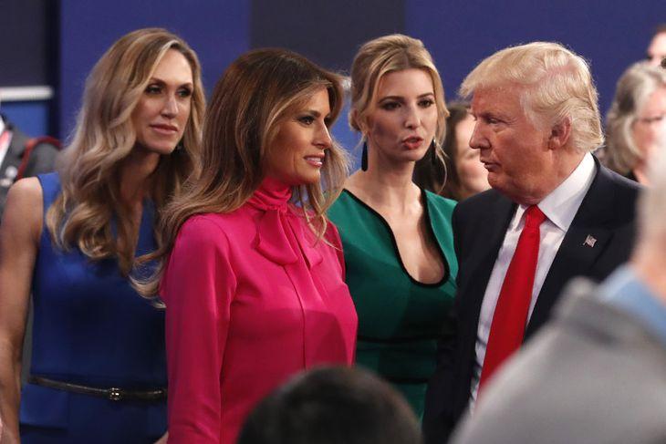 Donald Trump ræðir við dóttur sína, Ivanka og eiginkonuna, Melania að loknum kappræðunum.