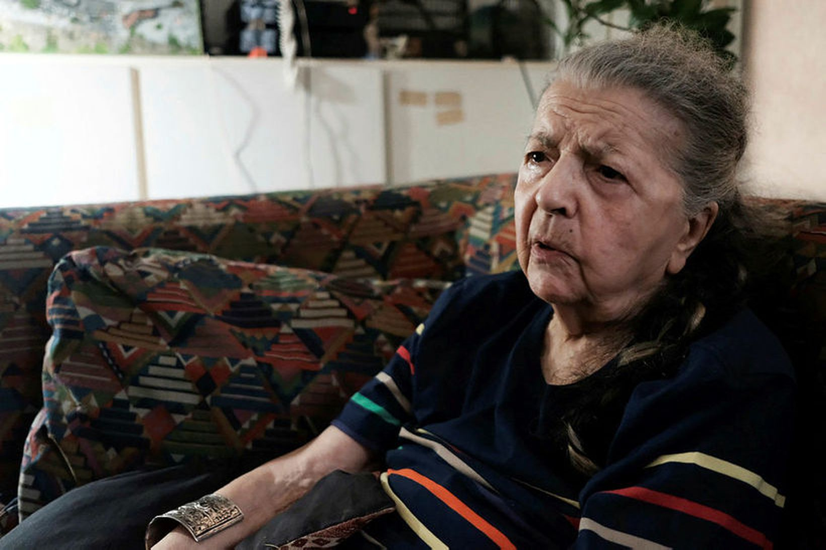 Madeleine Riffaud, 94 ára, ræðir við blaðamann AFP í íbúðinni …