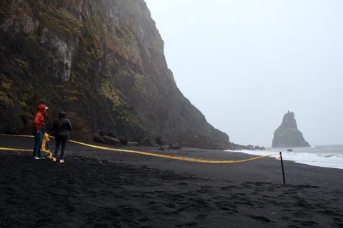 Austurhluti fjörunnar er lokaður eftir að stór skriða féll. Nú er unnið að því að ...