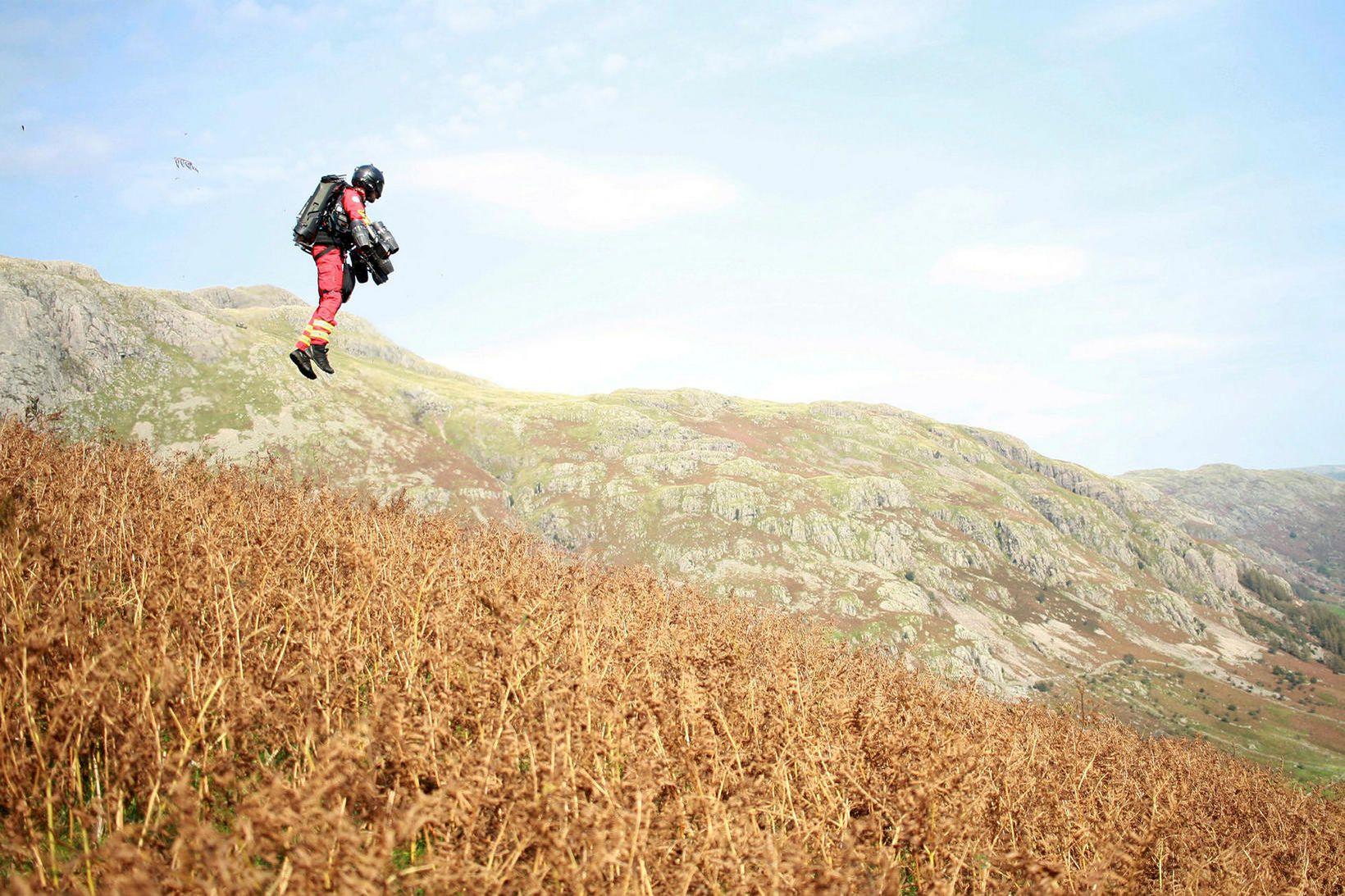 Richard Browning sést hér á flugi við Langdale vatnahéraðinu Lake …