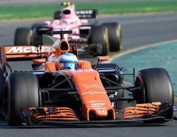 Fernando Alonso er ekki hrifinn af appelsínugula McLaren-bíl sínum.