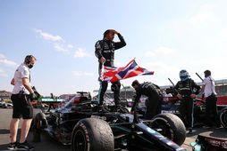 Lewis Hamilton fagnar sigrinum í gær.