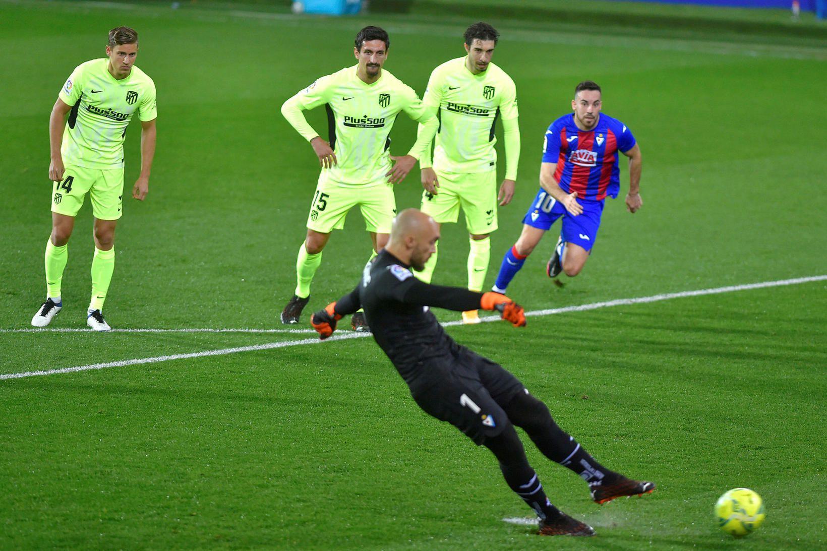 Marko Dmitrovic markvörður Eibar skorar úr vítaspyrnunni gegn Atlético í …