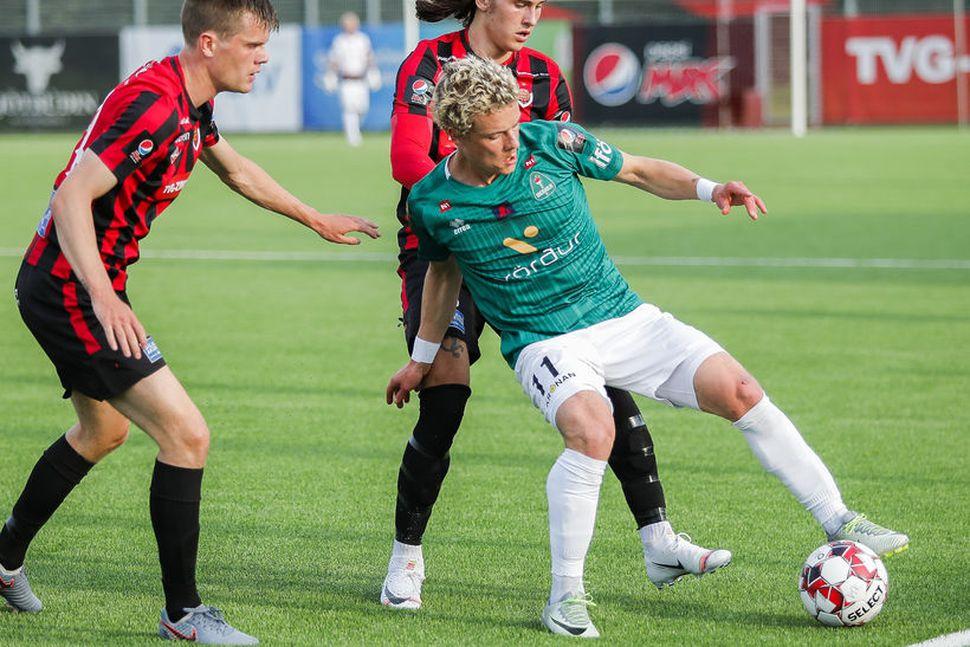 Davíð Örn Atlason og Örvar Eggertsson reyna að ná boltanum ...