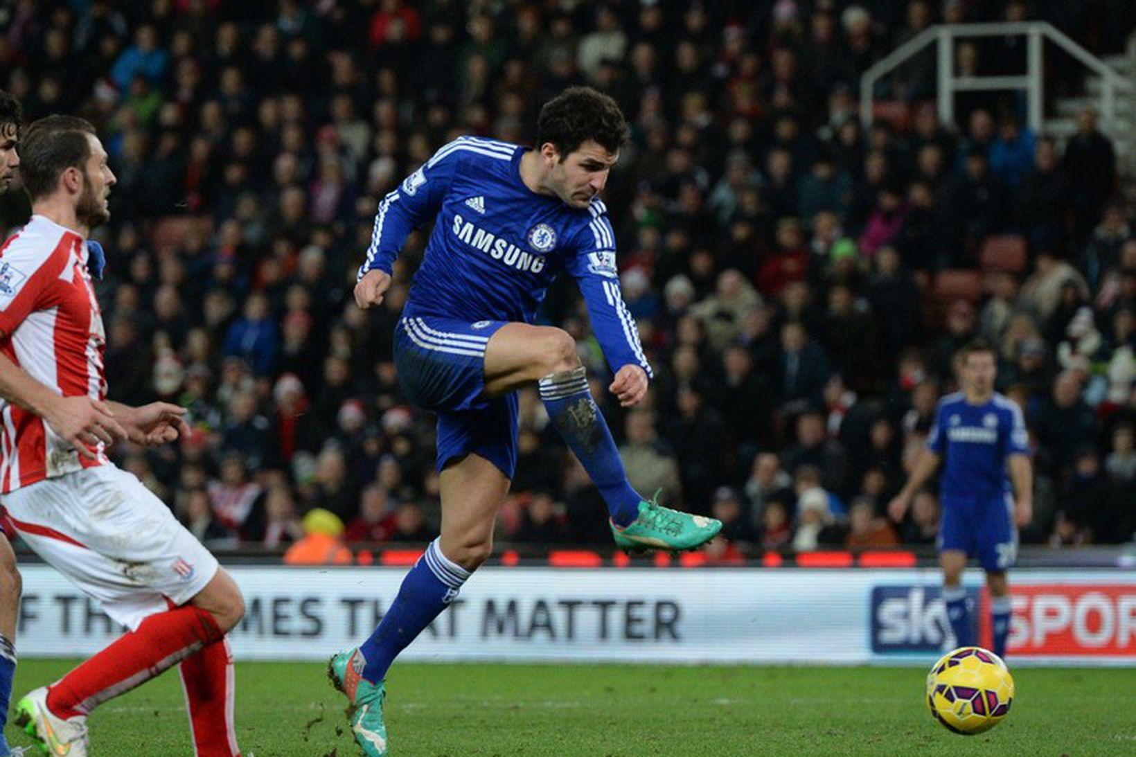 Cesc Fabregas er hér að skora annað mark Chelsea.