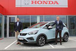Hlynur Björn Pálmason og Baldur Ólafsson hjá Honda með nýjan Crosstar á milli sín.