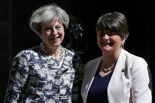 Theresa May og Arlene Foster hittust á fundi í morgun þar sem farið var yfir ...