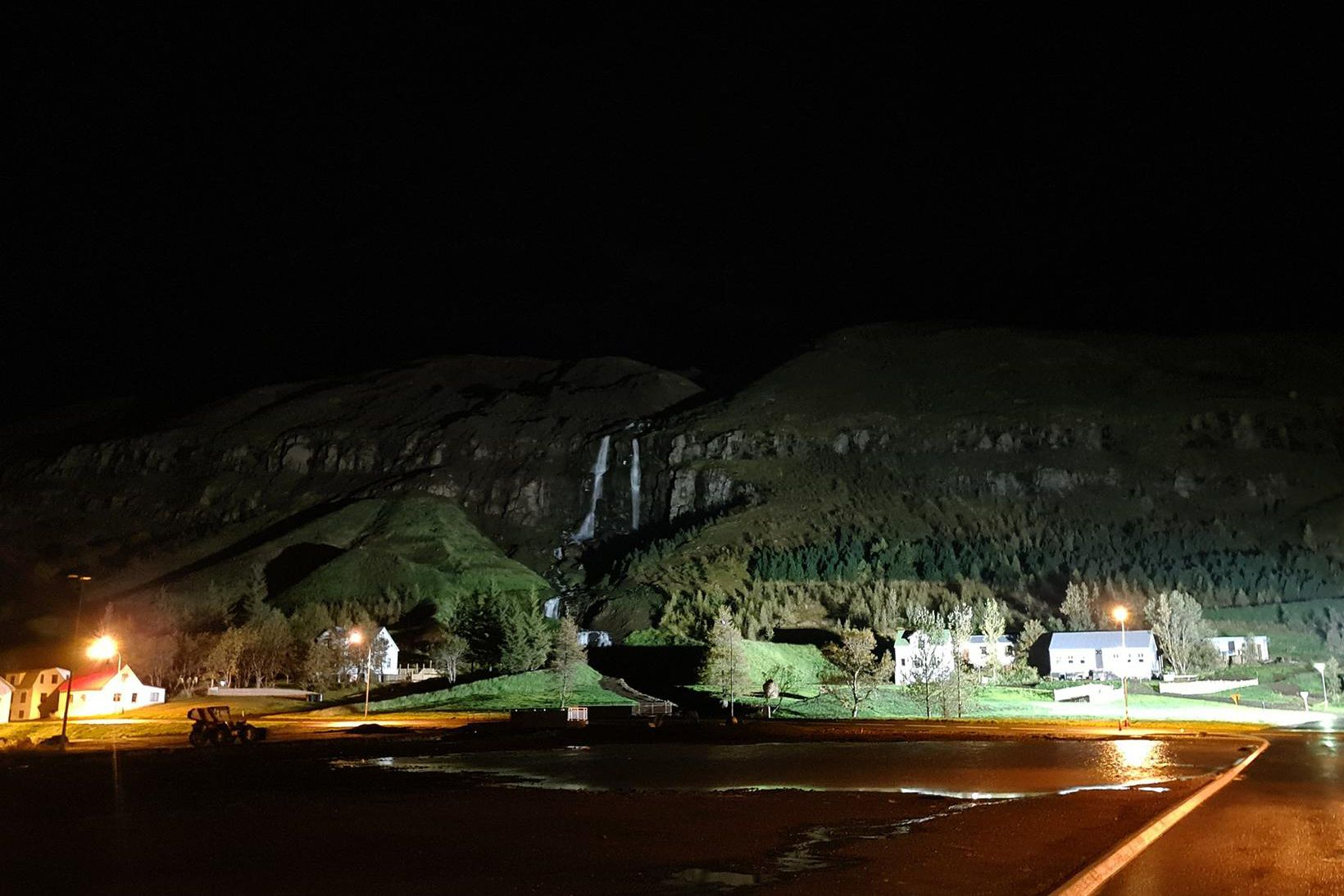 Líklegt er að stóri flekinn í jaðri skriðusársins við Búðará …