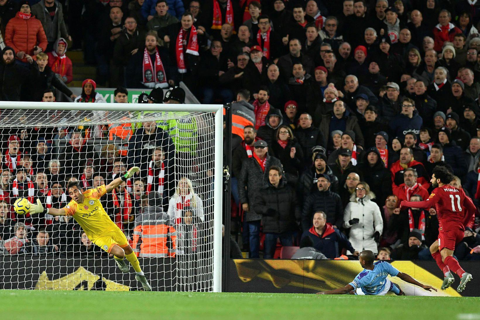 Mo Salah skallar boltann í netið í leiknum gegn City.
