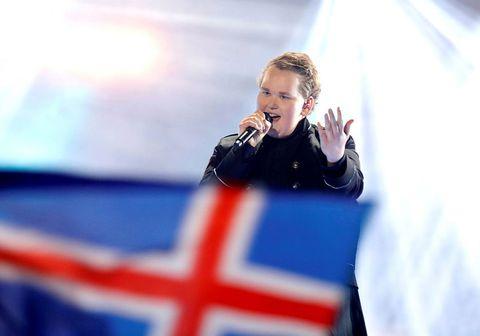 Dagur Sigurðsson á sviðinu í Söngvakeppninni.