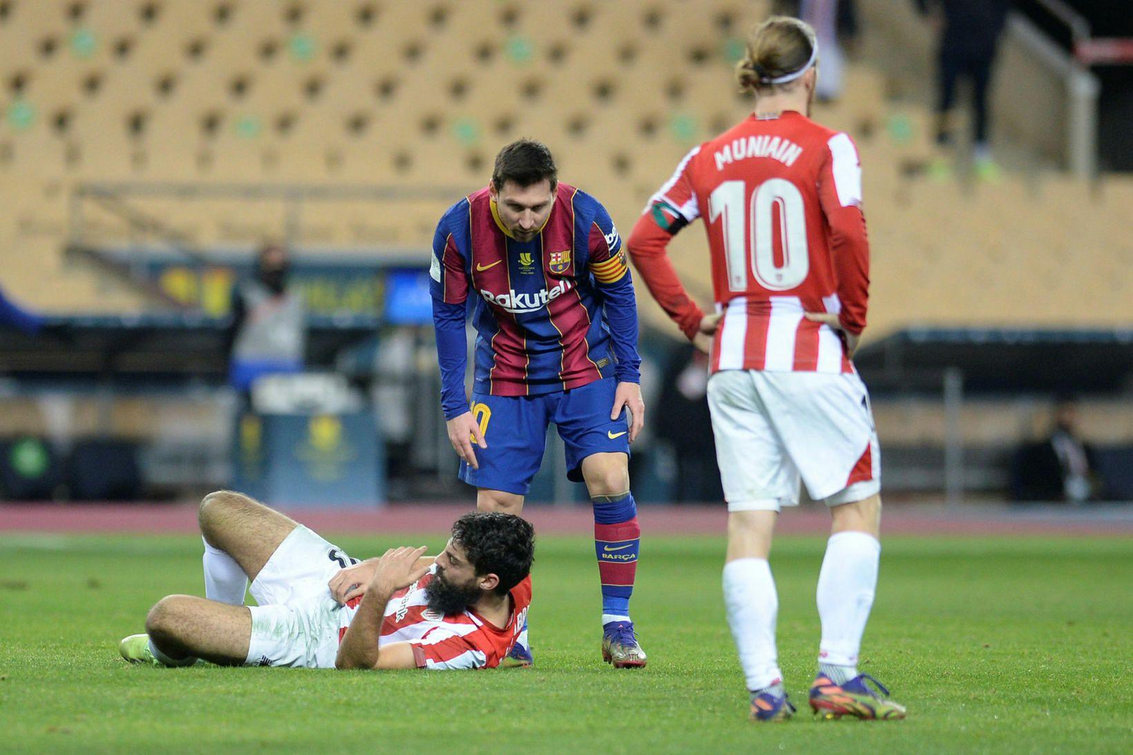 Messi athugar líðan Villalibre áður en hann sá rautt.