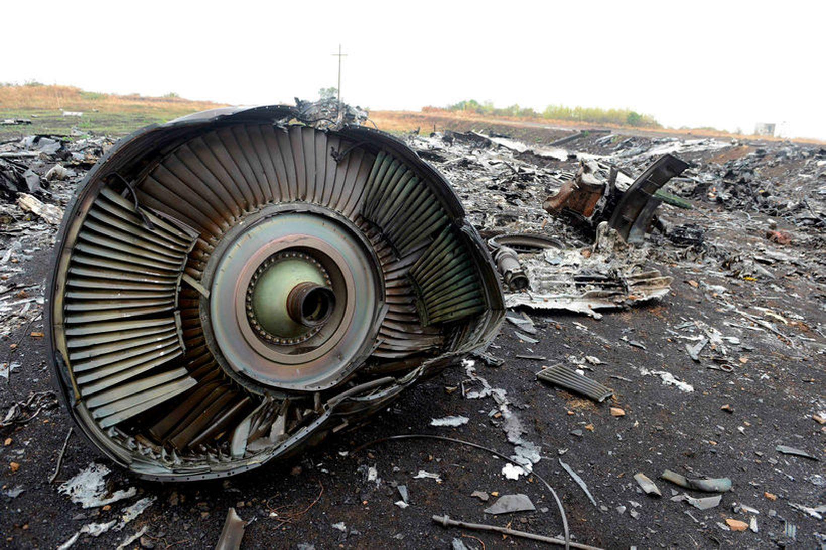 Farþegaþota Malaysia Airlines MH17 rifnaði í sundur yfir lofthelgi Úkraínu …