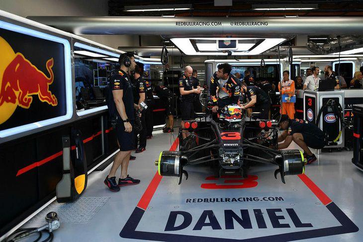 Daniel Ricciardo gerir sig kláran til aksturs á fyrstu æfingu helgarinnar í Singapúr.