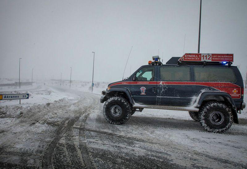 Rescue teams working at Vesturlandsvegur this weekend.