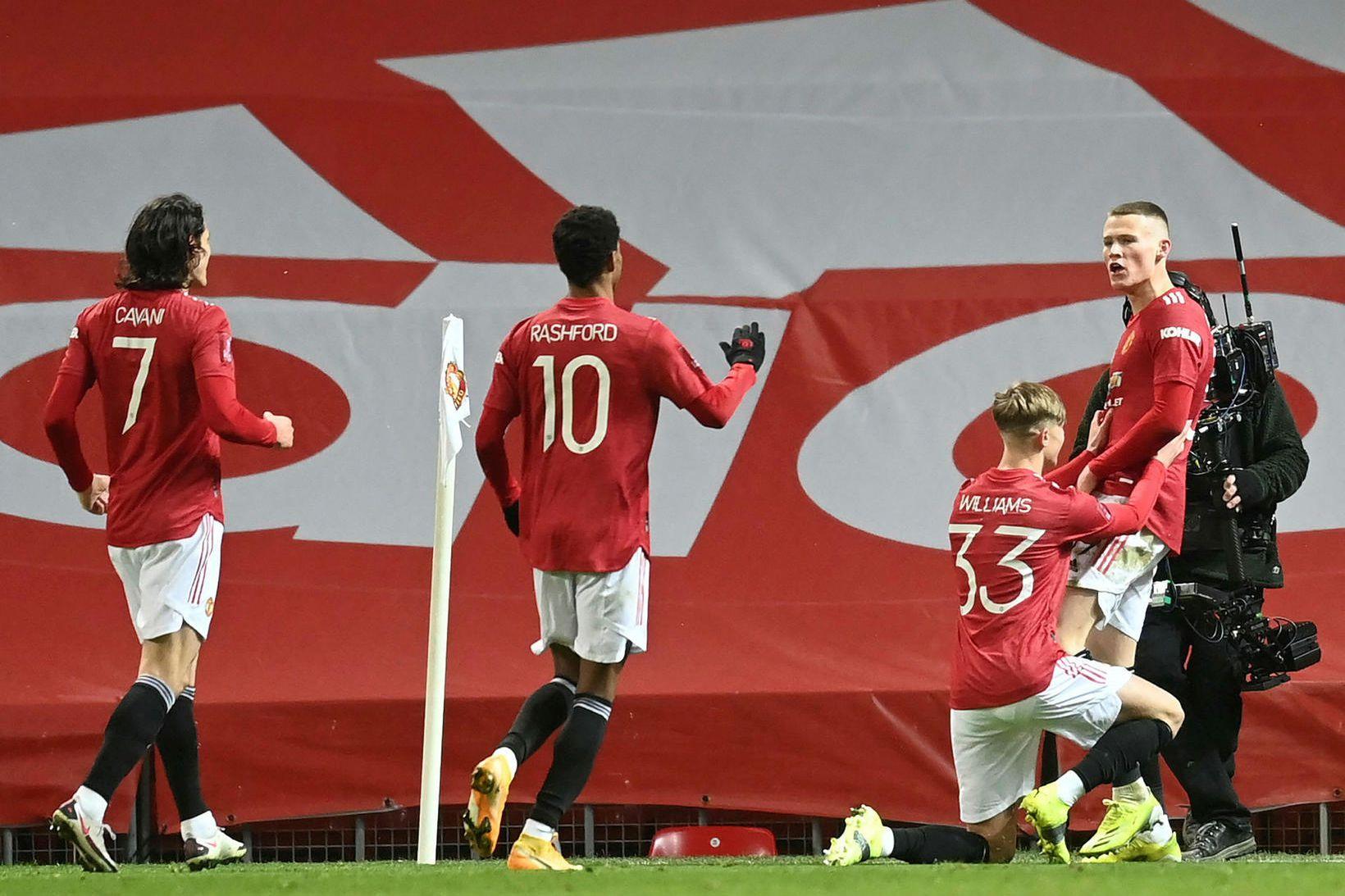 Leikmenn Manchester United fagna Scott McTominay, sem skoraði sigurmark liðsins.