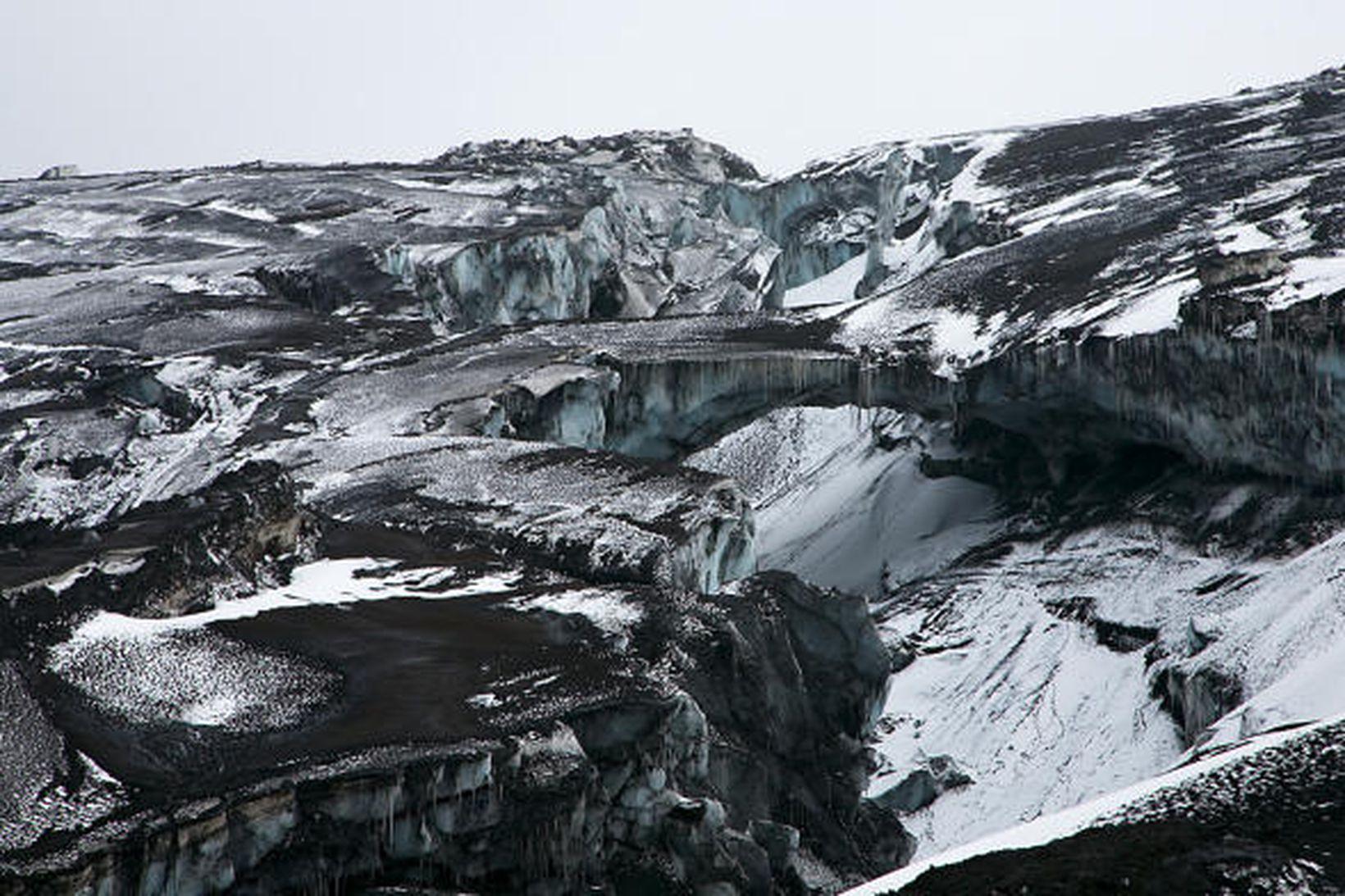 Mikilfenglegar jökulbrýr eru þar sem vatn hefur náð að grafa …