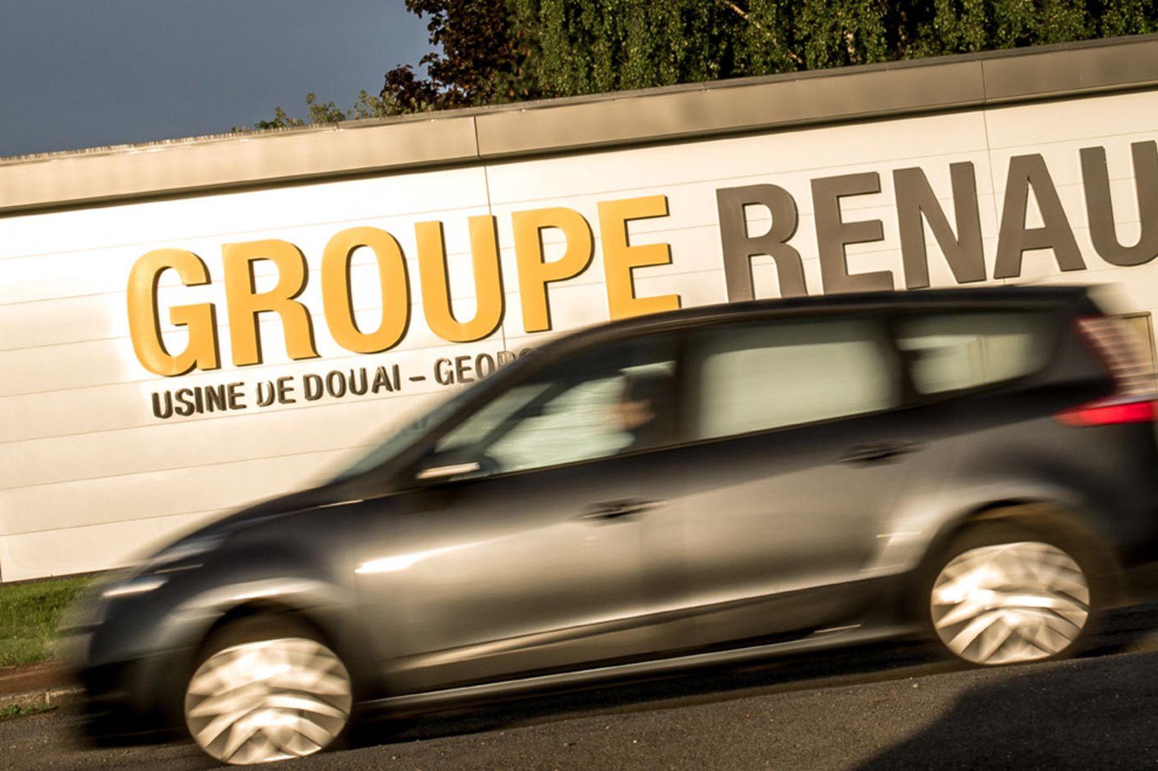 Renault ekið framhjá bílsmiðjunni í Douai.