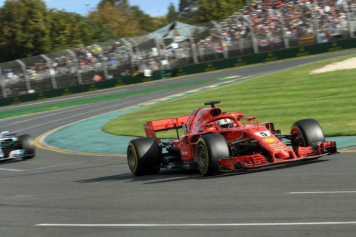 Lewis Hamilton (t.v.) eltist við Sebastian nVettel (t.h.) í kappakstrinum í Melbourne.