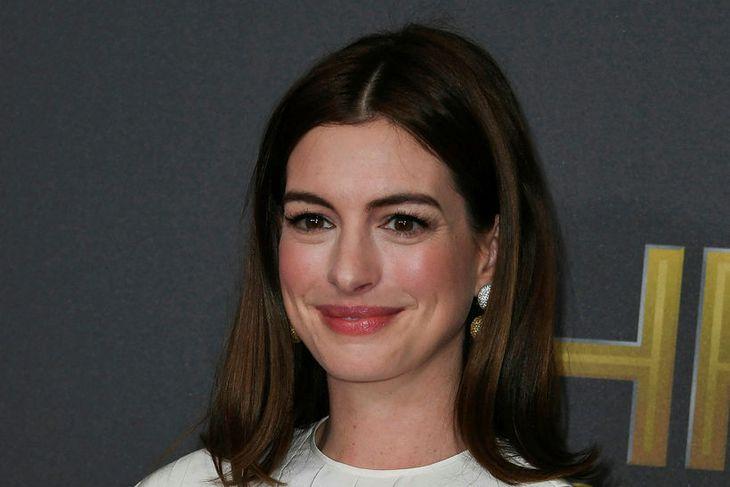Anne Hathaway skartaði sínu venjulega dökka hári í byrjun nóvember.