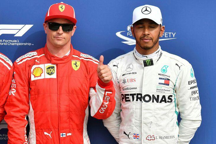 Kimi Räikkönen fagnar ráspólnum í Monza. Lewis Hamilton (t.h.) er býsna dreyminn á svip.
