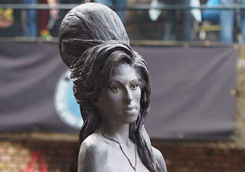 Bronsstyttu af söngkonunni Amy Winehouse má finna í Camden hverfinu í norðurhluta Lundúna.