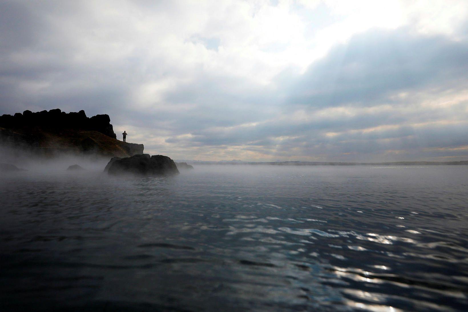 Maðurinn sem lést í Sky Lagoon á þriðjudag var á …