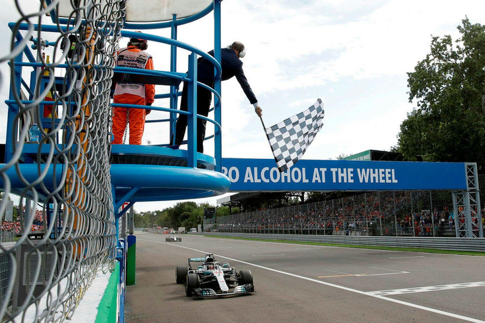 Lewis Hamilton ekur yfir endamarkið sem sigurvegari í Monza íi …