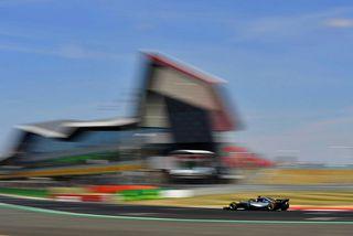 Lewis Hamilton á ferð í Silverstone í dag.