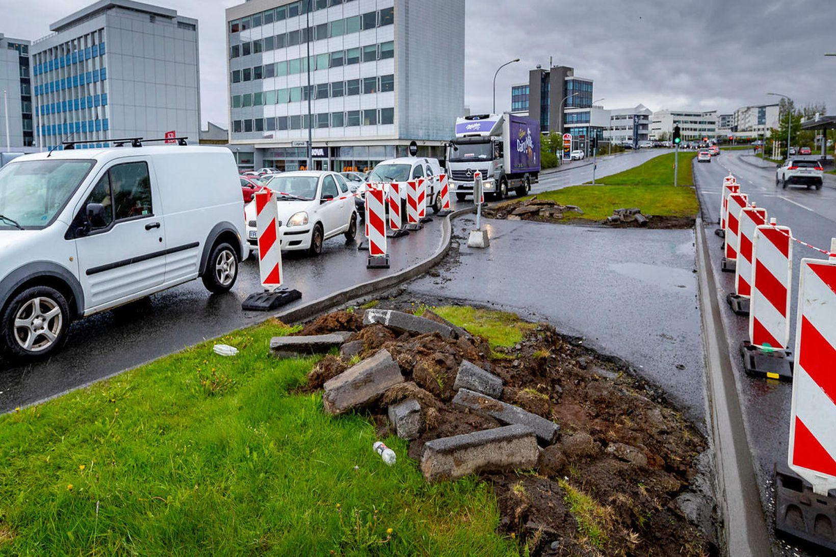 Gatnamótum Lágmúla og Háaleitisbrautar hefur verið lokað.