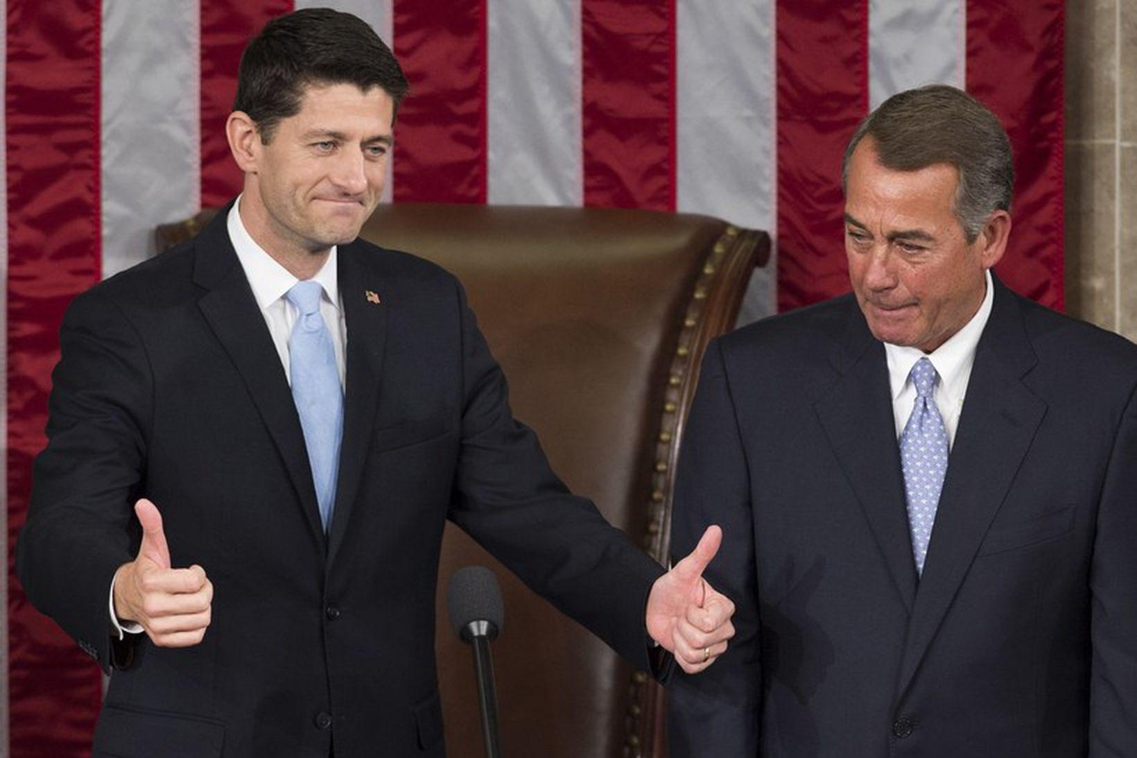 Nýkjörinn forseti fulltrúadeildarinnar Paul Ryan (t.v.) ásamt fráfarandi forsetanum John …