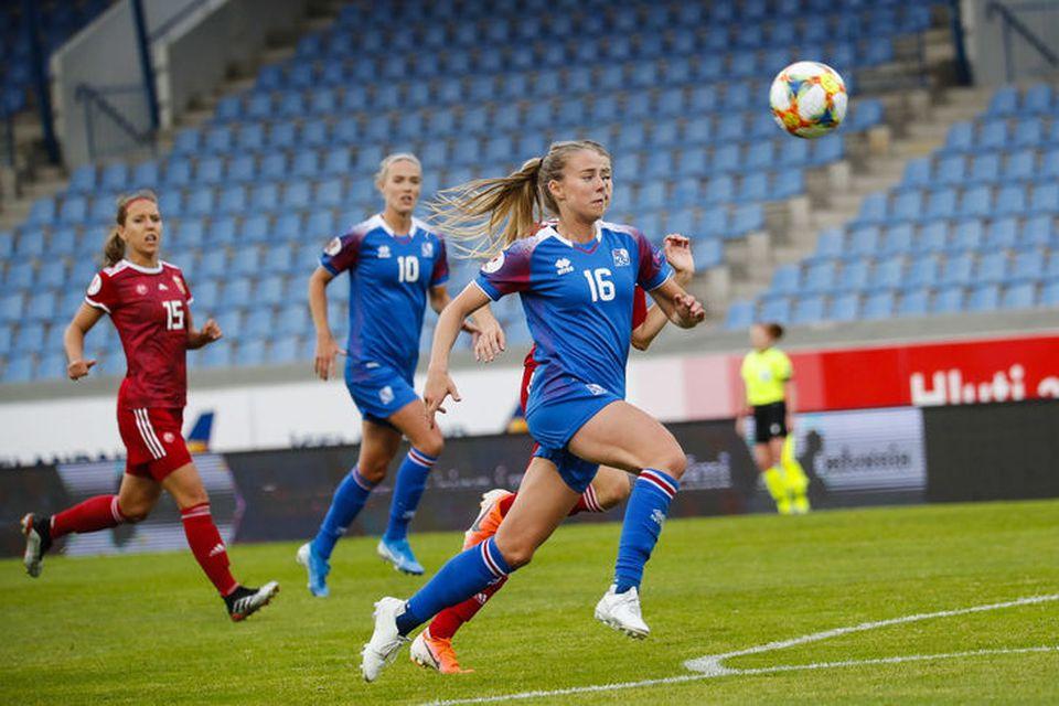 Elín Metta Jenssen í kapphlaupi í kvöld.