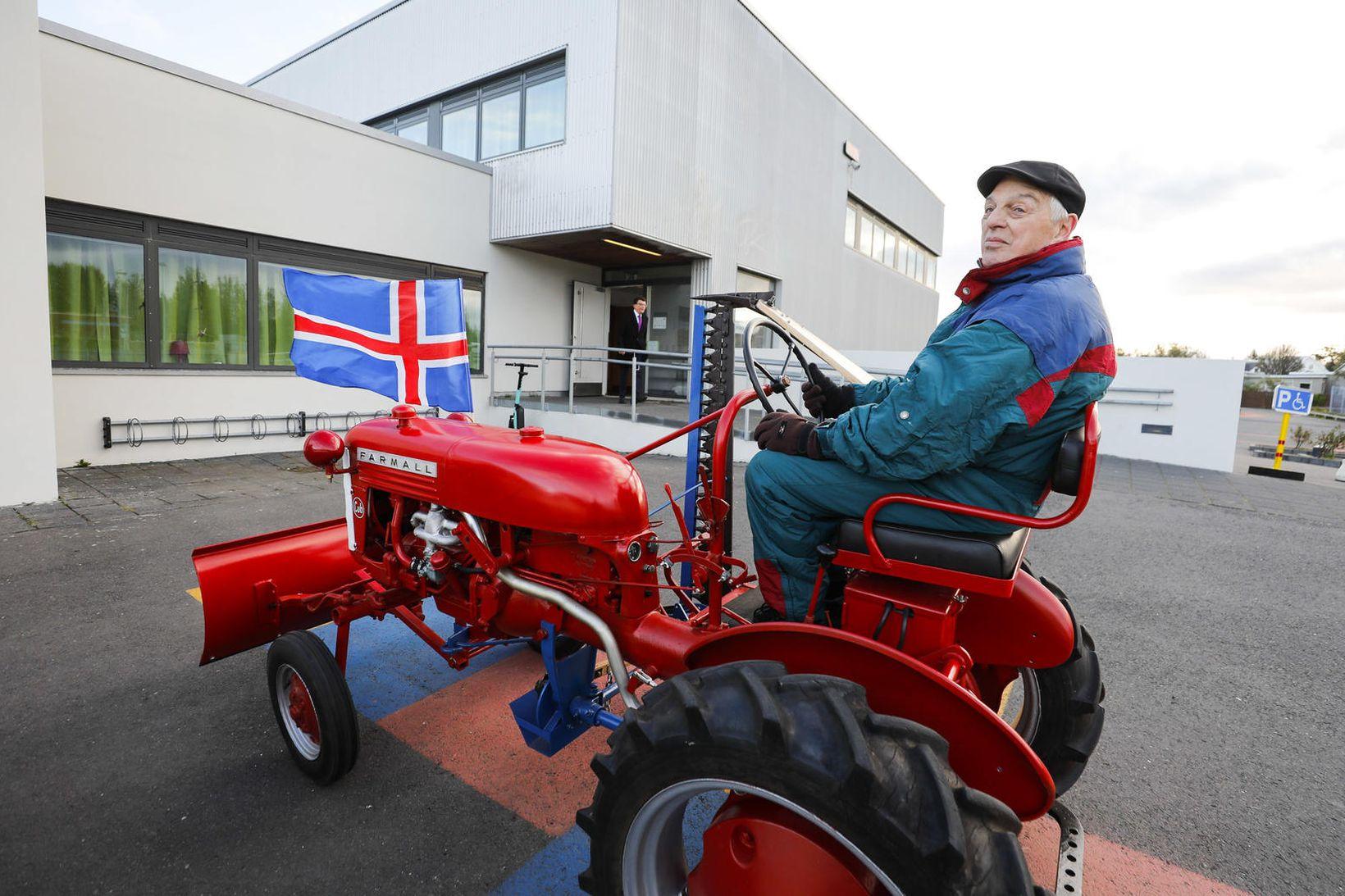 Sigurjón Einarsson mætti á traktor á kjörstað í dag.