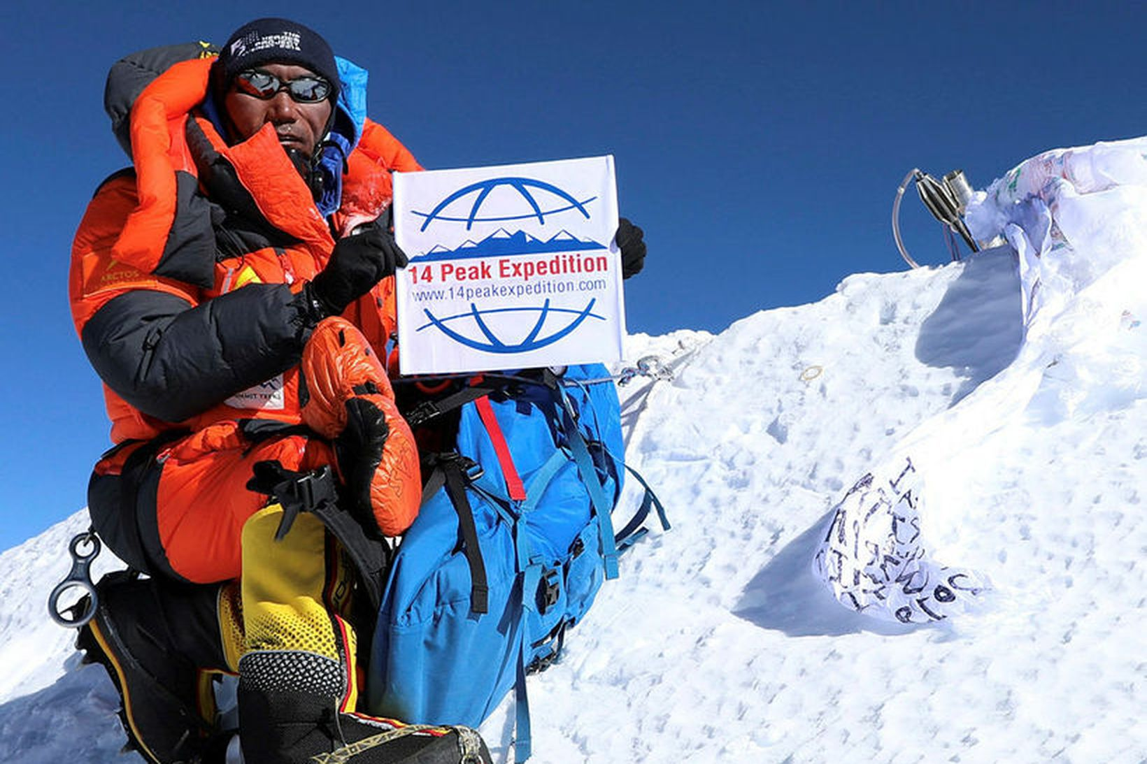 Kami Rita sést hér á toppi Everest í 23. skiptið …