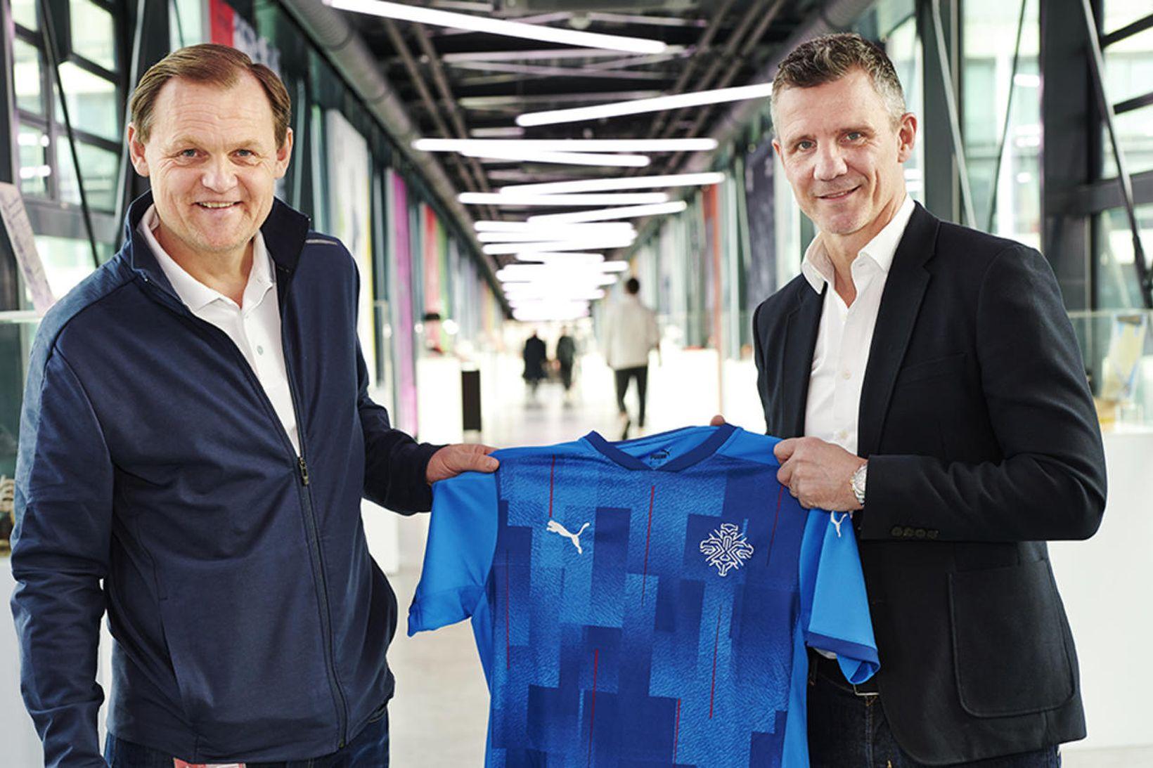 Guðni Bergsson og Björn Gulden með bláa treyju. Myndin var …