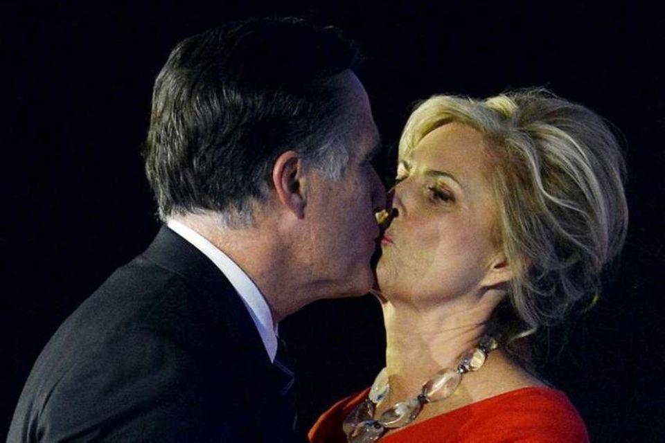 Mitt Romney kyssir eiginkonuna Ann rembingskossi skömmu eftir að hann játaði ósigur sinn í kosningunum.