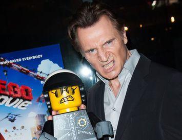 Liam Neeson með stóran Lego-kall á Lego-mynd í bíó. Lego-höfuðin sem fólkið borðaði voru ekki ...