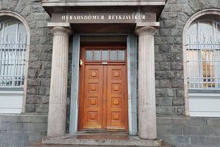 Dómnum þótti ekki sannað að maðurinn hefði tekið um háls konunnar.