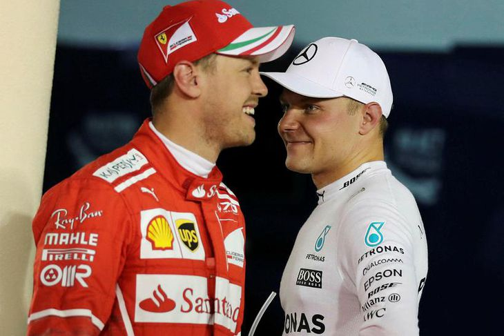 Valtteri Bottas (t.h.) og Sebastian Vettel á léttu nótunum eftir tímatökuna í Barein.
